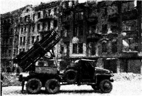 Установка БМ-31-12 на шасси «Студебекер» US6 на огневой позиции. Берлин, апрель 1945 года.