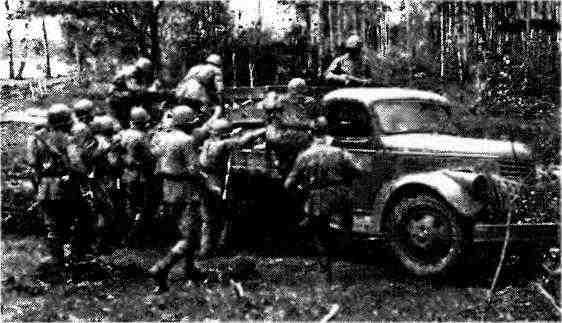 Пехотинцы занимают места в кузове грузового автомобиля «Шевроле-3116». Западный фронт, 1943 год.