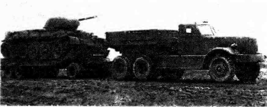 Балластный тягач «Даймонд» Т-980 буксирует трейлер с танком Т-34.