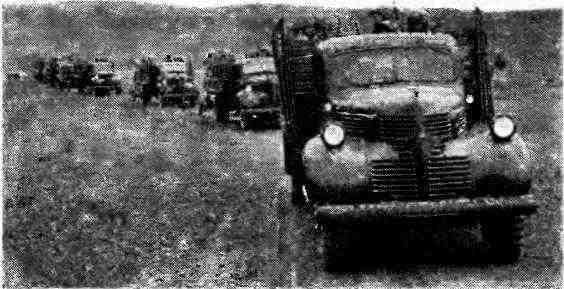 Колонна автомобилей «Додж» WF-32 с 45-мм пушками на марше. Закавказский фронт, июль 1942 года.