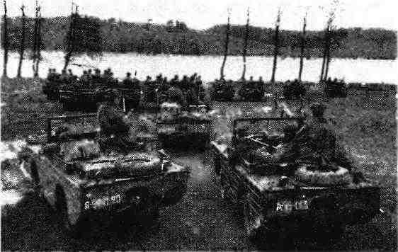 Подразделение плавающих автомобилей «Форд» GPA гвардии капитана П.Олейникова перед переправой. 2-й Белорусский фронт, 1945 год.