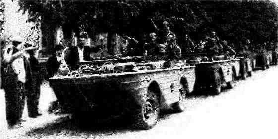Колонна плавающих автомобилей «Форд» GPA на улице румынского города. 1944 год.