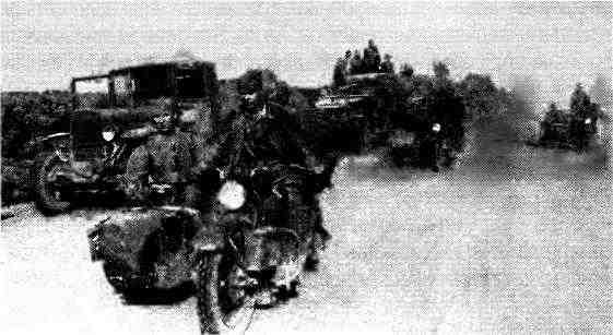 Подразделения 4-го мотоциклетного полка на марше. На переднем плане— мотоцикл «Харлей-Дэвидсон» с коляской М-72. Румыния, август 1944 года.