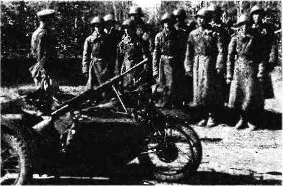 Подразделение мотоциклистов получает боевое задание. На переднем плане— мотоцикл «Индиан» с коляской М-72. 1943 год.