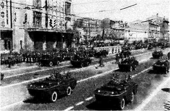Автомобили-амфибии «Форд» GPA проходят по Крещатику во время парада. Киев, 1 мая 1946 года.
