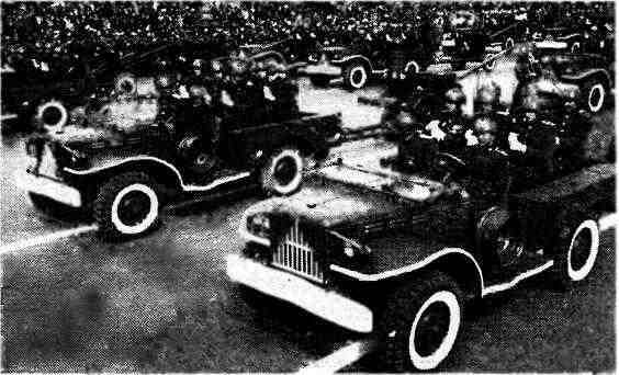 Автомобили «Додж s» буксируют 57-мм противотанковые пушки ЗИС-2. Москва, 1 мая 1947 года.