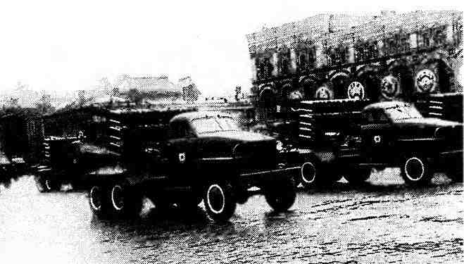 Реактивные установки БМ-8–72 на шасси автомобиля «Студебекер» US6 проходят по Красной площади. Парад Победы, Москва, 24 июня 1945 года.