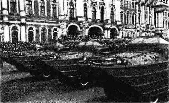 Плавающие автомобили GMC DUKW проходят по Дворцовой площади в Ленинграде. 1 мая 1947 года.
