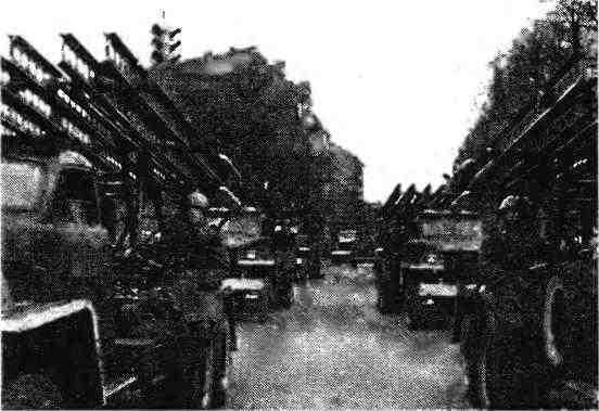 На улице Таллина— гвардейские миномёты БМ-13Н на шасси «Студебекер» US6. 7 ноября 1947 года.