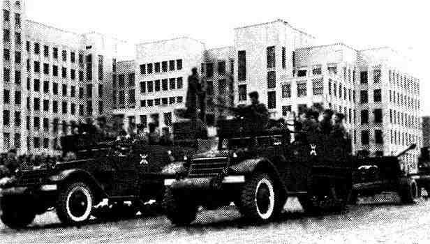 Бронетранспортеры М9А1 со 100-мм пушками БС-3 на буксире. Минск, 7 ноября 1945 года.