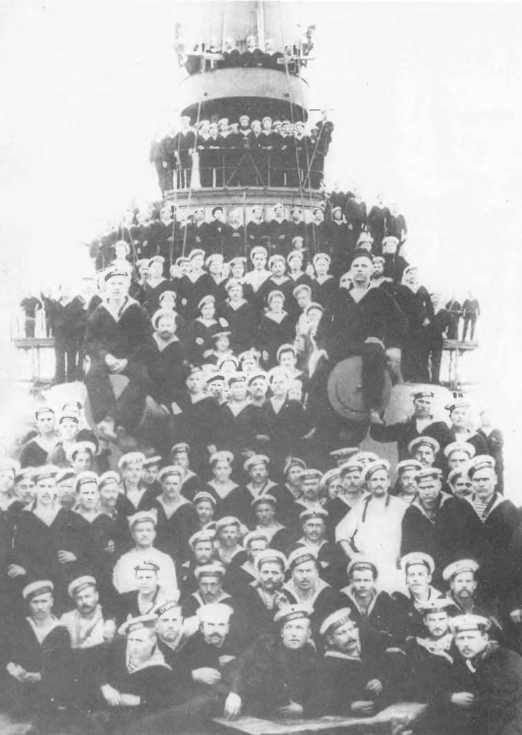 """Команда эскадренного броненосца """"Князь Суворов"""" (фото вверху)."""