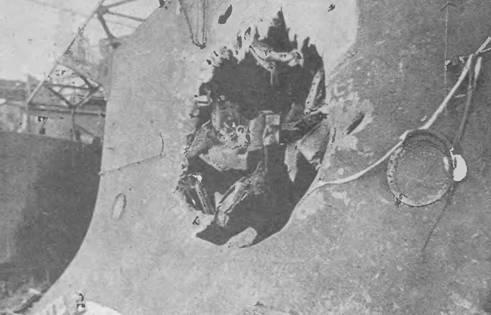 """Боевые повреждения на броненосце """"Орел"""". Повреждения кормовой части (фото вверху) и пробоина в левом борту в районе средней 152-мм башни."""