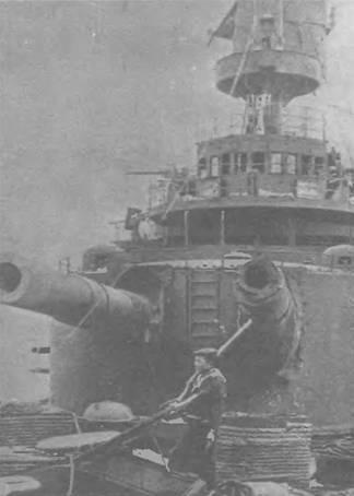 """Боевые повреждения на броненосце """"Орел"""". Вид с бака на носовую двенадцатидюймовую башню."""