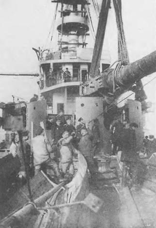 """На баке броненосца """"Бородино"""". На корабле идет установка 305-мм орудий (фото слева). Бородино в одном из Кронштадтских доков."""