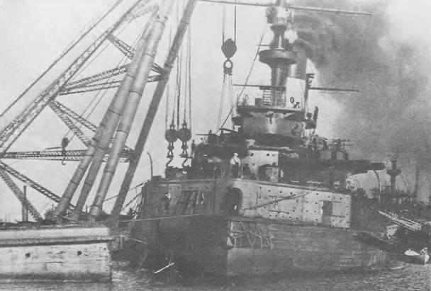 "Броненосец ""Слава"" на достройке в Кронштадте. На корабль устанавливают плиты броневого пояса."