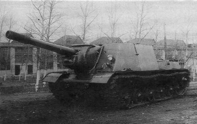 Первый образец артсамохода ИС-152 (объект 241) во дворе завода N° 100.