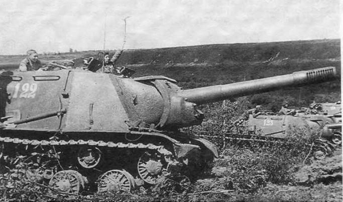Батарея самоходных установок ИСУ-152 перед атакой. 1944 год.