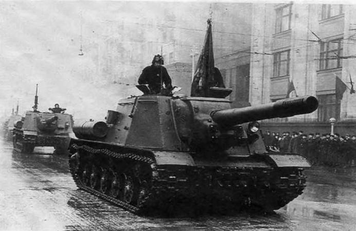 Колонна ИСУ-152 движется на Красную площадь. Москва, 7 ноября 1950 года.