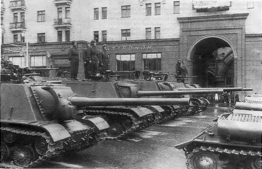 Артсамоходы ИСУ-122 на улице Горького перед Парадом Победы.