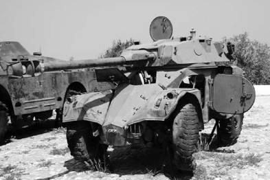 Южноафриканский бронетранспортёр (бронемашина) АМЛ-90 (Эланд-90) в музее Луанды. Пушка калибра 90 мм. Фото Вячеслав Барабуля