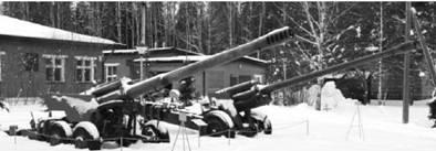 Слева направо 2А36 Гиацинт Б (152 мм) и М-46 (130 мм) (макеты). Фото Геннадий Шубин