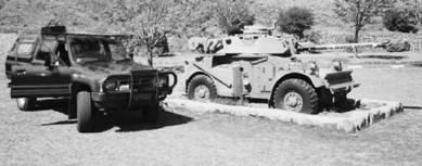 Тойота Хайлюкс и бронемашина АМЛ-90 (пушка калибра 90 мм). Фото Ян Либенберг