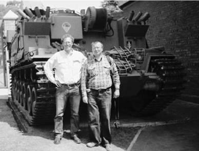 Ян Либенберг и Геннадий Шубин (справа) у ремонтноэвакуационной машины на шасси южноафриканского танка Олифант (английский Центурион) 2006г Военный музей г. Йоханнесбург ЮАР