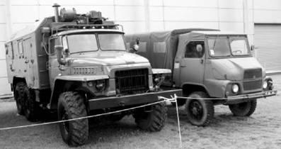 УРАЛ-4320 с дизельным двигателем (слева) и французский грузовик Симка. Фото Виктор Лызлов