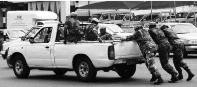 Сломанный вездеход. Зимбабве. Фото Елена Харитонова