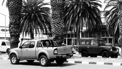 Японский (на переднем плане) и английский джипы. Намибия. Фото Елена Харитонова