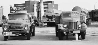 Цистерна ЗиЛ-130 (слева) и грузовик ЗиЛ-164 (ЗИС-164). Фото Вячеслав Барабуля