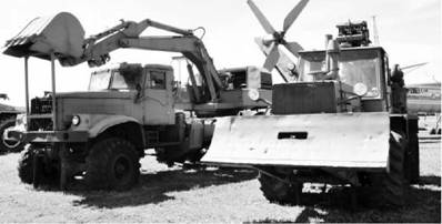 Экскаватор ЭОВ-4421 (на шасси грузовика КрАЗ-255Б) и полковая землеройная машина (ПЗМ-2). Фото Вячеслав Барабуля