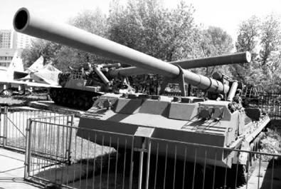 САУ 2С7 Пион. Пушка калибра 203 мм, дальность выстрела от 35 до 47км. Фото Виктор Лызлов