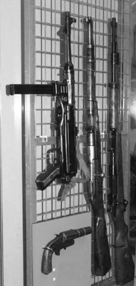 Справа налево: карабин Маузер 98 К калибра 7,92 мм (патрон 7,92x57 мм); карабин Мосина образца1938г. (патрон 7,62x54 мм);