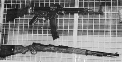 Автомат STG-44 (вверху) и карабин Маузер. Производство фашистской Германии. Фото Геннадий Шубин