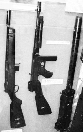 Американское оружие (слева направо): пистолет-пулемёт Рейзинг М60 образца 1940г. калибра 11,43 мм; пистолет-пулемёт Томпсона образца 1928г. калибра 11,43 мм и пулемёт Браунинг М1919 калибра 7,62 мм (патрон 7,62x51). Фото Геннадий Шубин