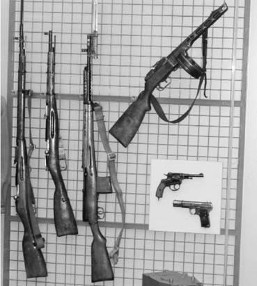Слева направо: Винтовка и карабин Мосина, винтовка СВТ-40, автомат ППШ-41, револьвер Наган, пистолет ТТ-33. Фото Геннадий Шубин