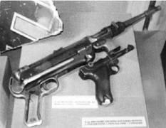 Автомат МП-40 и пистолет Парабеллум образца 1908г.