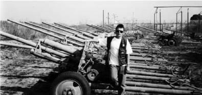 Ангола. Луэна. 1998г Пункт по сбору оружия. Подполковник Маргелов на фоне 15 единиц артиллерийских орудий ЗИС-2 калибра 57 мм
