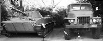 Плавающий танк ПТ-76 и грузовик УРАЛ-375. Фото Геннадий Шубин