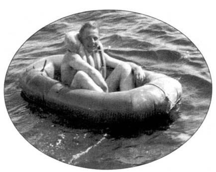 Разумеется, это снимок не Вальтера Новотны, но он дает наглядное представление о том, как будущий ас провел четыре дня, болтаясь в волнах Балтийского моря. Надувная лодка находилась в кабине самолета, уложенная в виде подушки сиденья или подголовника. Похожим образом с 1942 года англичане размещали «dinghy К» в кабинах «Спитфайров» и «Тайфунов».