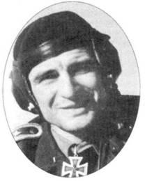 На этом снимке, сделанном в 1943 году, Отто Доммерацки из VI./SG 2 запечатлен в чине обер-фельдфебеля. Рыцарский крест Доммерацки получил 5 января 1943 года, а 13 октября 1943 года пилот погиб. 25 ноября посмертно его представили к Дубовым листьям. До своей гибели он заявил 40 побед.