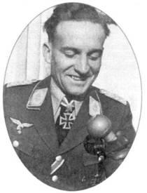 Лучший пилот Ju 87 Stuka майор Ганс Ульрих Рудель. Его пикировщик часто сопровождали Fw 190 из II./SG 2.