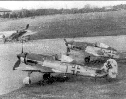 Март 1945 года, Пренцлау. Средняя машина из тройки Fw 190D-9 из IV./JG 3 несет следы прежнего хозяина. Желтая полоса быстрой идентификации на фюзеляже частично закрашена.