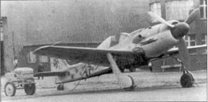Начало 1945 года. «Дора-9», на которой летал Осси Ромм, стоит перед ангаром в Пренцлау. Из-за крыла виден краешек двойного шеврона командира группы.