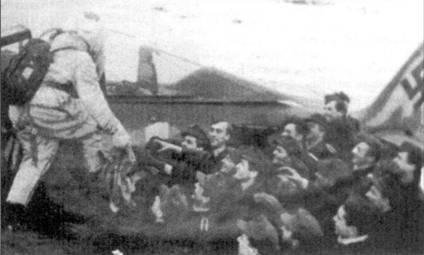 Рождество 1944 года, Лиепая, Курляндия. Механики 7./JG 54 встречают Деда Мороза (фельдфебеля Фрица Хагебраука, ведомомго Герда Тюбена).