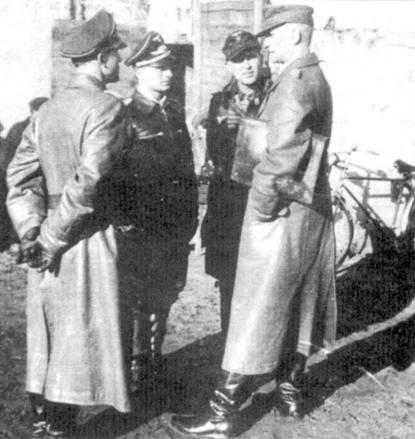 Командное совещание на базе Либау-Норд, февраль 1945 года. Полковник Дитер Грабак (командир JG 54), капитан Гельмут Веттиштайн (командир 6./JG 54), майор Герберт Финдайзен (командир II./JG 54) и генерал-полковник Курт Пфлюгбелл (командующий Lfte 1).