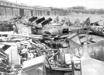 Конец войны на центральном фронте. Останки Fw 190 валяются па огромном аэродроме Темпельхоф, который на протяжении всей войны служил резервной и ремонтной базой для всех типов самолетов люфтваффе.