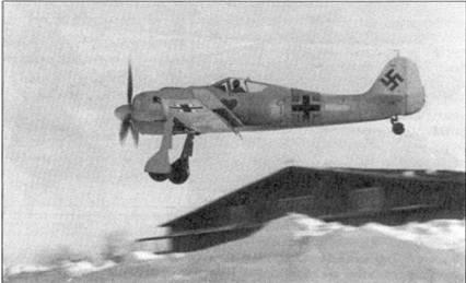 К началу 1943 года советские пилоты стали активно практиковать внезапные налеты на немецкие аэродромы. Поэтому моменты взлета и посадки для Fw 190 были едва ли не опаснее, чем полет над территорией противника. Пилотам приходилось учиться прерывать процесс посадки в любой момент и взлетать, даже уже закончив пробег. На снимке один из Fw 190 осторожно заходит на посадку.