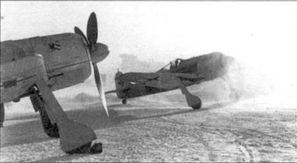 Январь 1943 года. Солнце восходит, открывая вид засыпанного за ночь снегом аэродрома. Каждое утро наземному персоналу приходилось укатывать и разгребать снег.